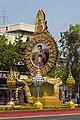 2016 Bangkok, Dystrykt Phra Nakhon, Aleja Ratchadamnoen, Ołtarz z wizerunkiem króla Ramy IX (06).jpg