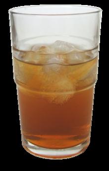 Un vaso de kombucha con agregado de hielo.