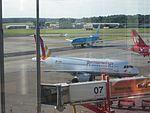Airbus A319 D-AKNU von Germanwings am Flughafen Hamburg.jpg