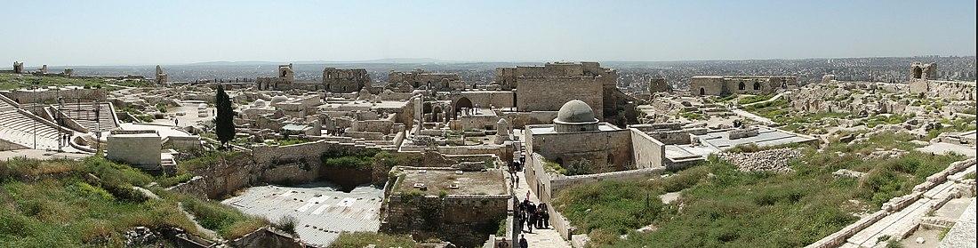 سطح قلعة حلب، الجهة الجنوبية حيث يظهر من اليمين إلى اليسار: المساكن العثمانية، ومسجد إبراهيم، والقصر الأيوبي، وحمام القصر، والمسرح