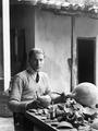 Alfred Westholm konserverar krukor. Nicosia. exteriör - SMVK - C00299.tif