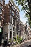 foto van Hoekhuis met pilastergevel onder rechte lijst en overgebouwde zijgevel