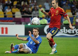 Marchisio in azzurro, in scivolata sullo spagnolo Iniesta nella finale del campionato d'Europa 2012