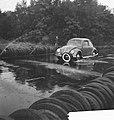 Anti-slipschool in Arnhem. Slippende auto, Bestanddeelnr 912-9232.jpg