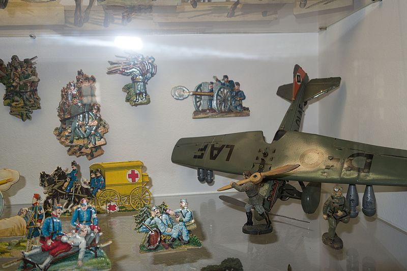 File:Antique toy soldiers and military scene (26700489751).jpg