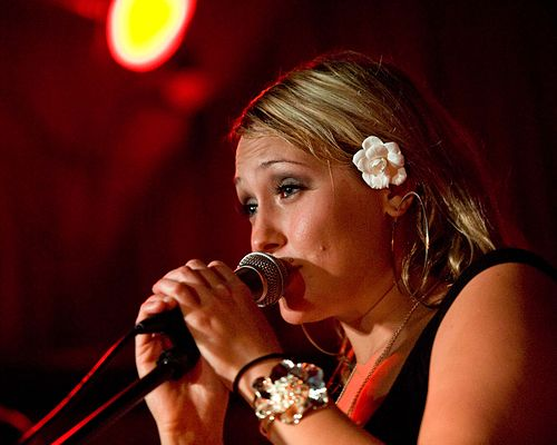https://upload.wikimedia.org/wikipedia/commons/thumb/7/7c/Anuhea_performs_on_March_4%2C_2010_at_Chop_Suey_in_Seattle%2C_Washington.jpg/500px-Anuhea_performs_on_March_4%2C_2010_at_Chop_Suey_in_Seattle%2C_Washington.jpg