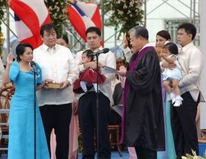 Hilario Davide Jr. - Chief Justice Davide, presiding the oath taking of Vice-President Gloria Macapagal-Arroyo as President of the Philippines.