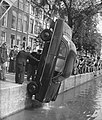 Auto te water in de Amstel bij de magere brug, Bestanddeelnr 910-4312.jpg
