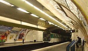 Belleville (Paris Métro) - Image: Belleville 11rame