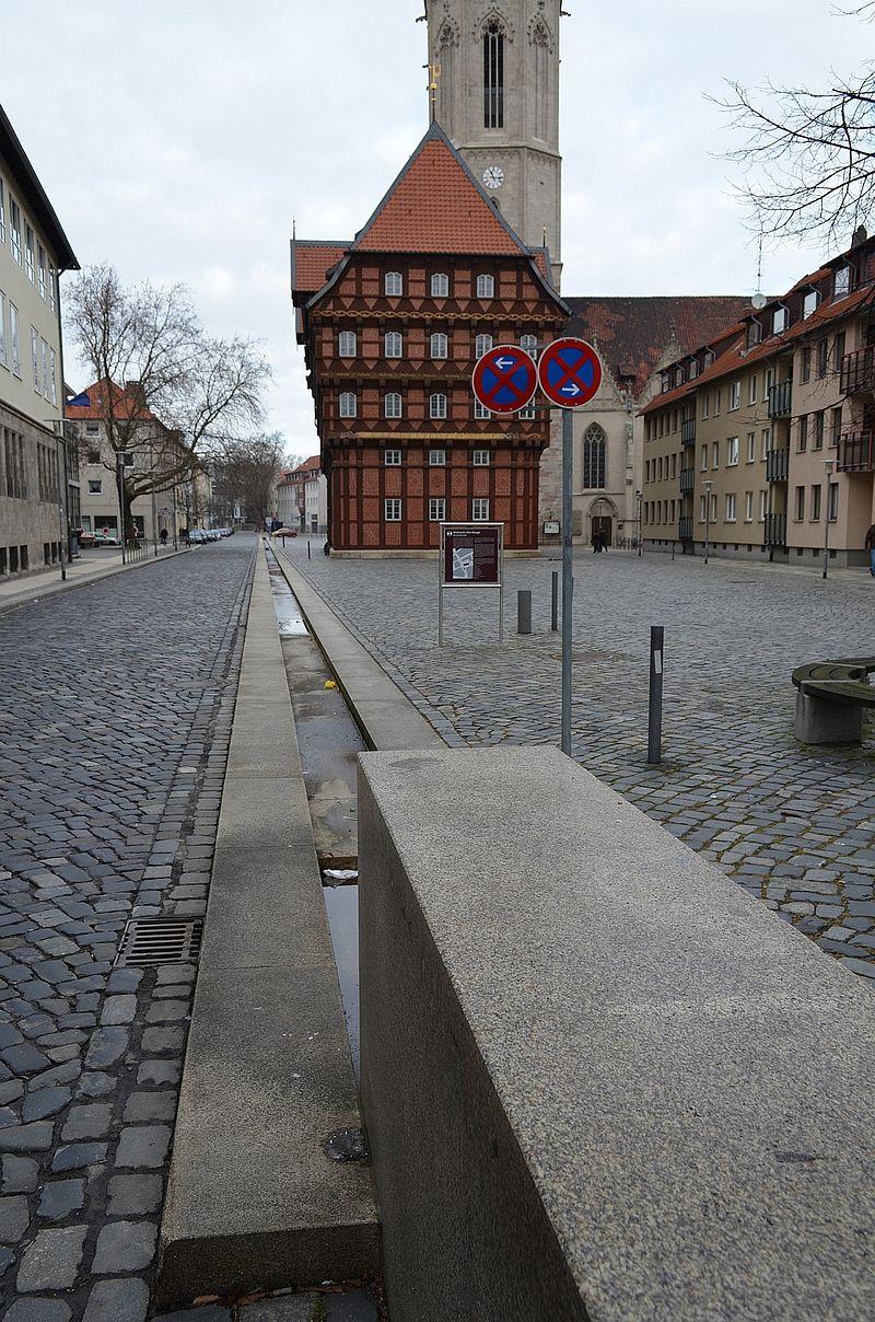 Die Liste der Brunnen in Braunschweig 800px-Braunschweig_Alte_Waage_Wasserwaage_%282012%29