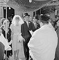 Bruid en bruidegom staan onder de Choepa terwijl de rabbijn aan het voorlezen is, Bestanddeelnr 255-1997.jpg