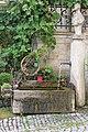 Brunnen Am Wenzberg mit Bäckerskulptur in Arnstein.jpg