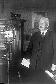 Bundesarchiv Bild 102-12888, Paul von Hindenburg vor Mikrofon