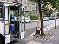Bus 9511 a zastávka v ulici Na valech.jpg