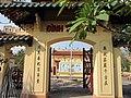 Cổng chính đình Tân Hoa.jpg
