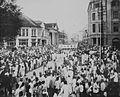 COLLECTIE TROPENMUSEUM De menigte in een straat te Medan bij de Chinese begrafenisstoet van de op 4 februari 1921 overleden majoor Tjong A Fie TMnr 60043494.jpg