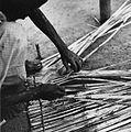 COLLECTIE TROPENMUSEUM Een man bezig met het vlechten van een rieten slaapmat TMnr 20010633.jpg