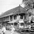 COLLECTIE TROPENMUSEUM Gebouw waarvan de bovenverdieping in gebruik is als moskee eronder twee woningen Djakarta Pekodjan TMnr 10014934.jpg