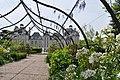 Château de Cheverny - Coté face, jardin fleuri (4603291247).jpg