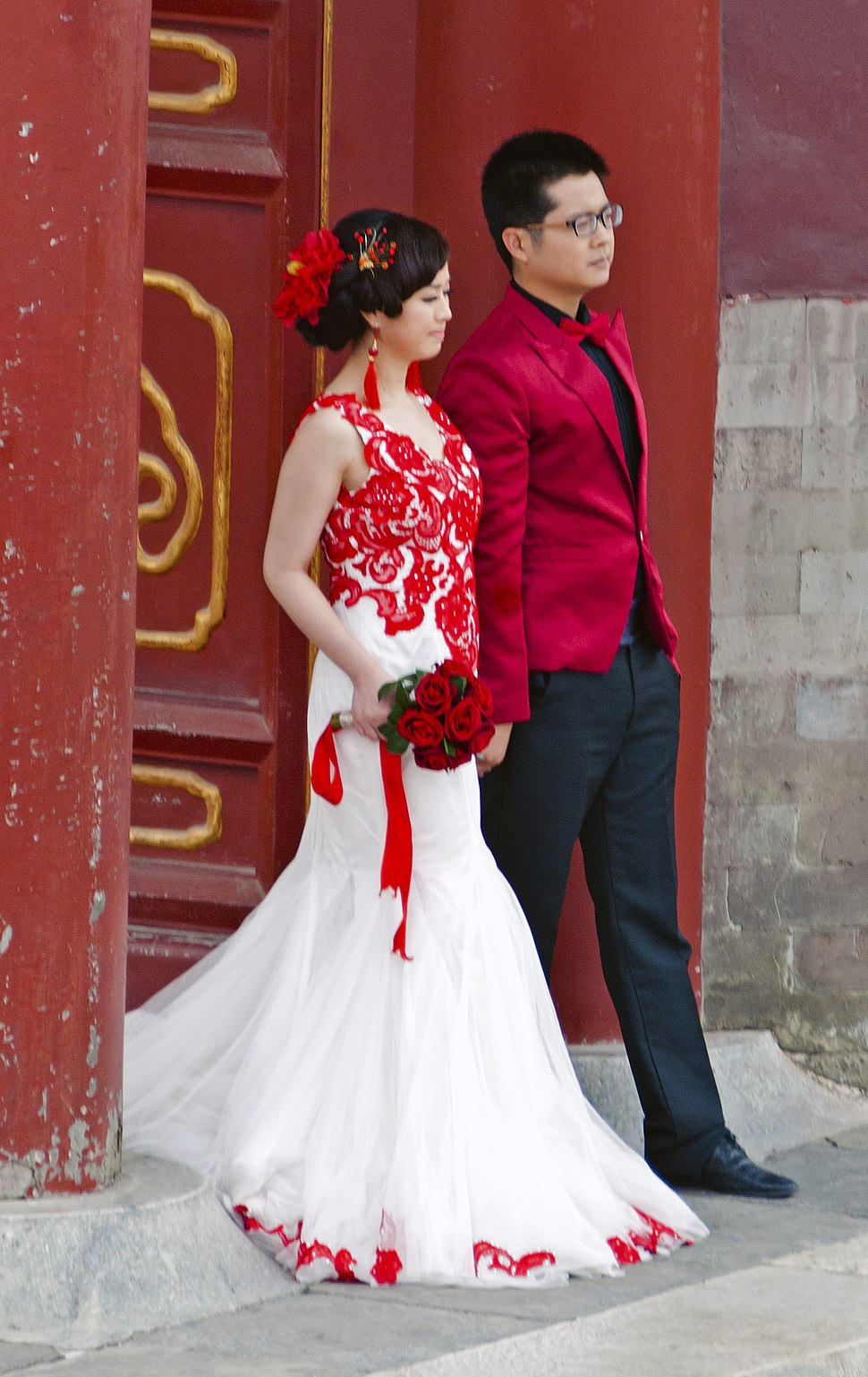 Chinese couple in wedding attire at Temple of Heaven