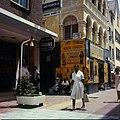 Collectie Nationaal Museum van Wereldculturen TM-20029822 De winkelstraat Heerenstraat Willemstad Boy Lawson (Fotograaf).jpg