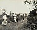 Collectie Nationaal Museum van Wereldculturen TM-60061991 De weg van de haven naar Pitch Lake op La Brea met de kabelbaan waarmee asfalt naar de schepen vervoerd werd Trinidad fotograaf niet bekend.jpg
