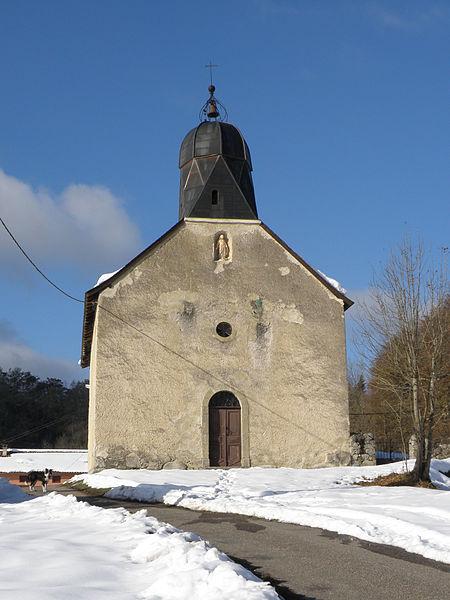 L'église de Cominac (Ercé, Ariège, France) et son clocher caractéristique.