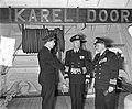 Commando-overdracht op Hr. Ms. Karel Doorman. Links Kapitein ter zee J.J. Go…, Bestanddeelnr 906-7989.jpg