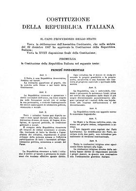 La prima pagina tratta da uno dei tre originali della Costituzione italiana ora custodito nell'Archivio Storico della Presidenza della Repubblica