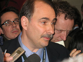 "David Axelrod - Axelrod talking to reporters in the ""spin room"" after the Cleveland Democratic debate in February 2008"