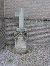 Privé-begraafplaats van de familie Van den Bergh: grafmonument