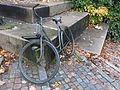 Die Skulptur eines Briefträgers in Uniform mit Fahrrad, Bild 03.JPG