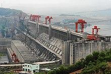 Lebarrage des Trois-Gorges, dans la province duHubeienChine, est le plus grandbarrageainsi que le plus grandgénérateur d'électricitéau monde.