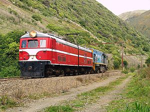 New Zealand EW class locomotive - EW 1805 with DC 4611 approaching Paekakariki, 21 August 2005. The EW had been brought for preservation and was later towed to Plimmerton.