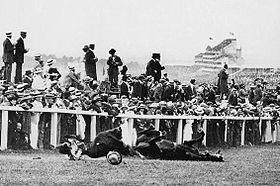 4 giugno 1913. Emily Davison, colpita dal cavallo di Re Giorgio V, è a terra priva di sensi. Morirà quattro giorni dopo per una frattura del cranio.