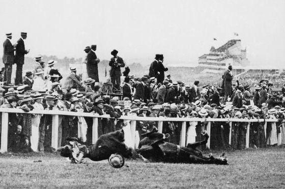 ジョージ5世の馬にはねられて地面に倒れるデイヴィソン