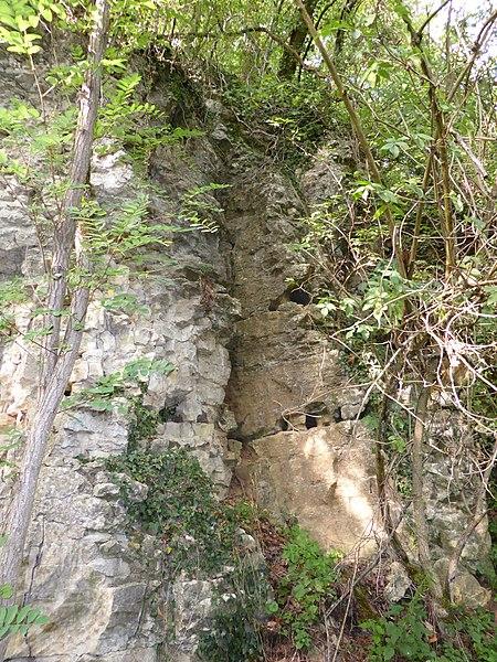 Extérieur de la grotte des Puits en rive droite de la Moselle à Pierre-la-Treiche,  en Meurthe-et-Moselle (France).