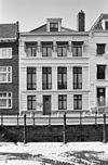 foto van Pand met strenge neo-classicistische gevel met rechte kroonlijst