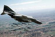 F-4E de la 347ª Ala de cazas tácticos de la USAF lanzando bombas Mk 82