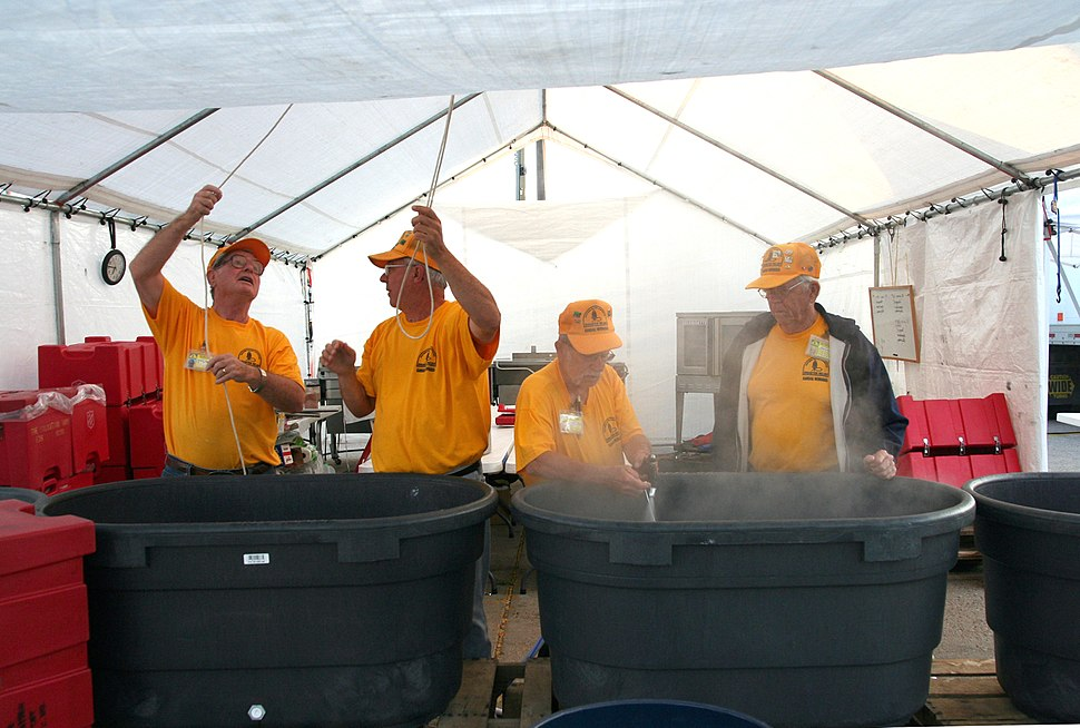FEMA - 30406 - Baptist disaster relief workers cooking in Kansas
