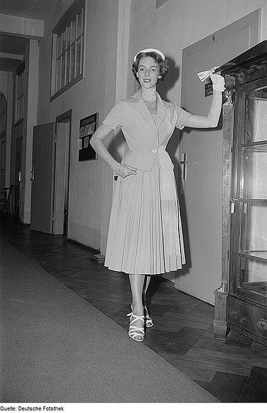 """File:Fotothek df roe-neg 0006503 020 Eine Frau posiert mit Sommerbekleidung und Hut in einem Flur bei der """"Internatio.jpg"""