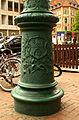 Fuß einer Straßenlaterne Gießerei Tangerhütte am Lindener Markt in Hannover mit Wappen der Stadt.jpg
