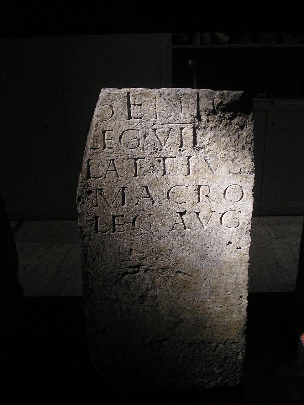 O legado L. Attius Macro dedicou esta ara votiva ao Genius da Legio VII Gemina na súa castra de Legio.