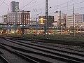 Gleisanlagen südlich des Freiburger Hauptbahnhofs mit Wiwilíbrücke, dahinter die Stühlingerbrücke 2.jpg