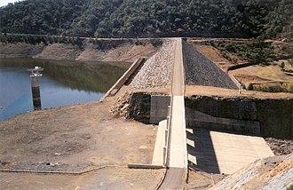 Glenlyon Dam - Image: Glenlyon Dam spillway