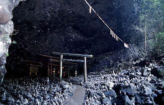 Amanoiwato Shrine - Image: Gyoubogaiwaya cave outside