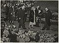 H.M. Koningin Juliana bezoekt, samen met andere genodigden, de FLORA-tentoonstelling. Links van de koningin de commissaris der koningin dhr. de Vos van Steenwijk en rechts burgemeester van R, NL-HlmNHA 54005167.JPG