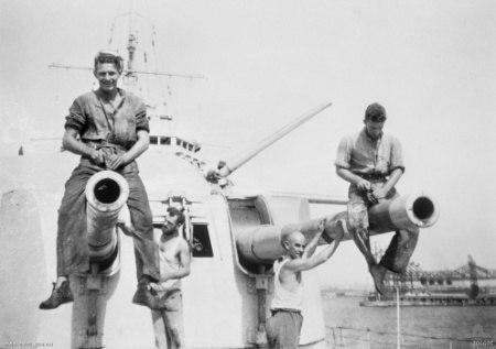 HMASSydneyCrewWithMkXXIIIGuns21July1940