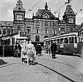 HUA-150063-Afbeelding van trams voor het N.S-station Amsterdam C.S. te Amsterdam.jpg