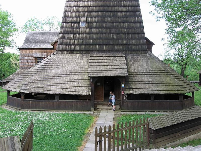 Archivo:Haczów wooden church 01.jpg